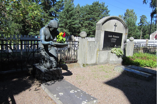 """Käsmu kalmistu hauamonument """"Põlvitav naine"""""""