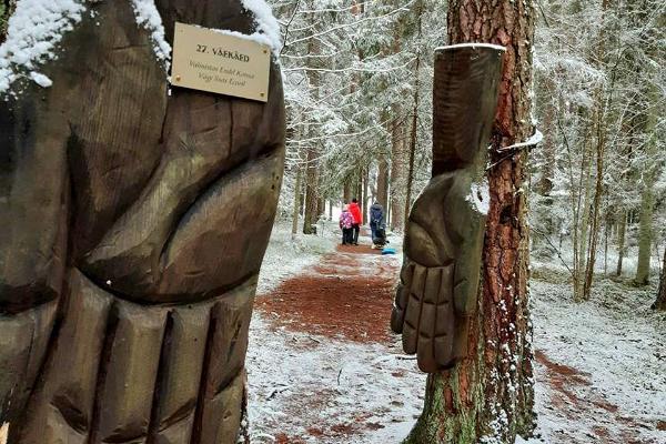 """Väike Väerada (Lilla Kraftled) och skulpturen """"Kraftens händer"""" och vandrare på bakgrunden"""