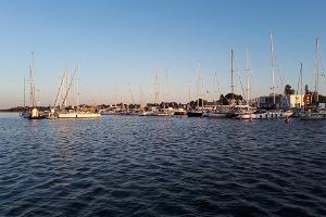 Piknikveneen vuokraus Grand Holm Marinan satamassa
