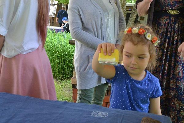 Pakutrükitehnikas kandekoti meisterdamine sobib hästi ka lastele . Pildil väike tüdruk, kangale trükkimas