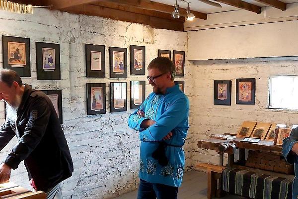 Lubokiõussa (pieni näyttelysali, ateljee) lubok-mestari Pavel Varuninin kanssa