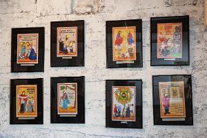 Lubokutställning i Lubokgården, atelje-utställningsrum, luboker på väggen