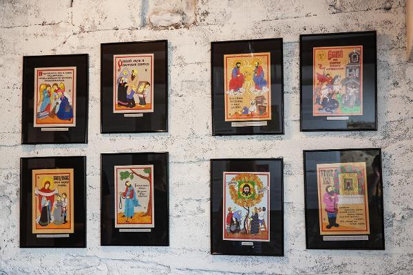 Lubokiõun lubok-näyttely, ateljee-näyttelytila, jonka seinällä on lubokit