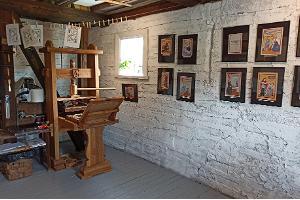 Lubokiõue lubokinäitus, ateljee-näitusteruum, mille seinal on lubokid