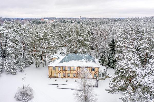 Motel Verevi im winterlichen Wald.