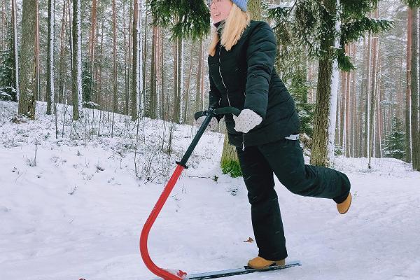 Verevi motelli tõukekelgu laenutus, kelgutaja, lumisel metsarajal