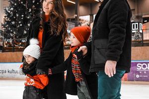 Skridskoåkning på Astri Arena i Lõunakeskus, familjen åker skridskor på is