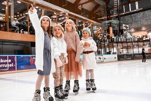 Barnen åker skridskor på Astri Arena i Lõunakeskus