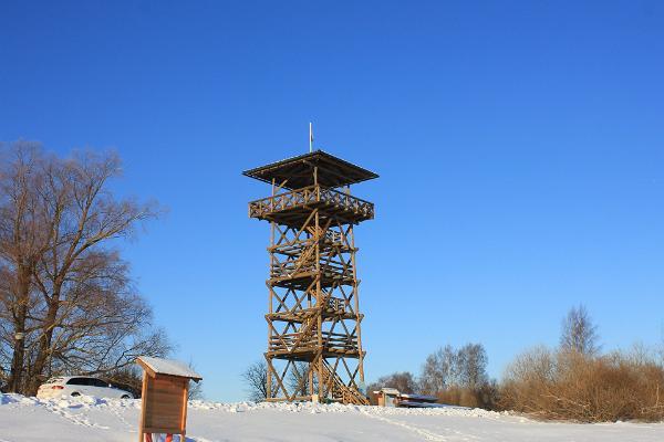 Vogelbeobachtungsturm auf dem Schutzgebiet des Polders von Räpina