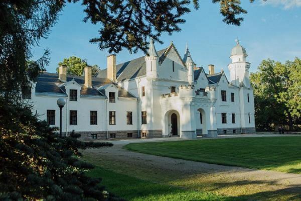 Alatskivi lossi konverentsi- ja seminariruumid, vaade lossile suvel