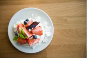 Modernsest Eesti köögis inspireeritud maasikatega magustoit Eesti Rahva Muuseumi kohvikus Pööriöö