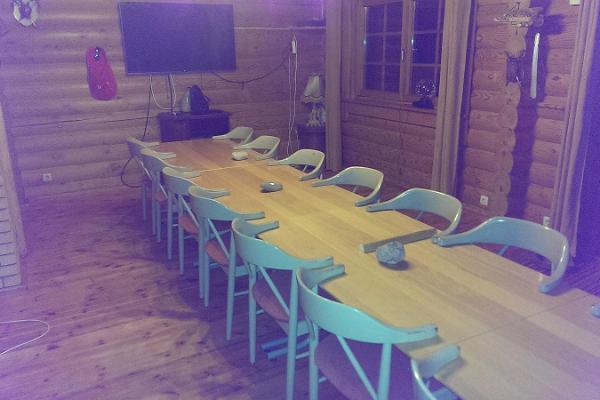 Lasita Puhkemaja seminariruum, pikk laud ning toolid
