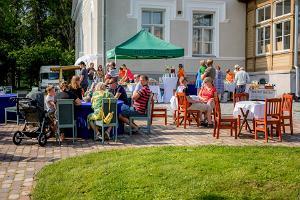 Mõisakohvikute päev Alutagusel Illuka mõisa juures inimesed kohvikus