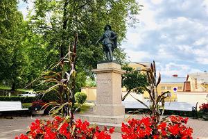 Kustaa II Aadolfin patsas Kuninkaanaukiolla Tarton yliopiston päärakennuksen takana