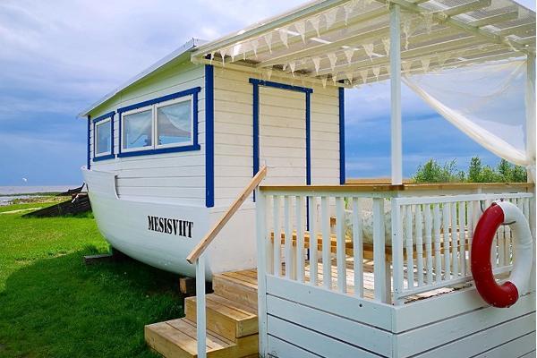 Erlebnisübernachtung im Saunaboot auf dem Peipussee – das weiße, romantische Saunaboot