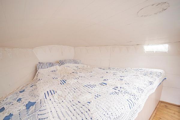 Erlebnisübernachtung im Saunaboot auf dem Peipussee – das große Bett des Saunaboots MesiSpa