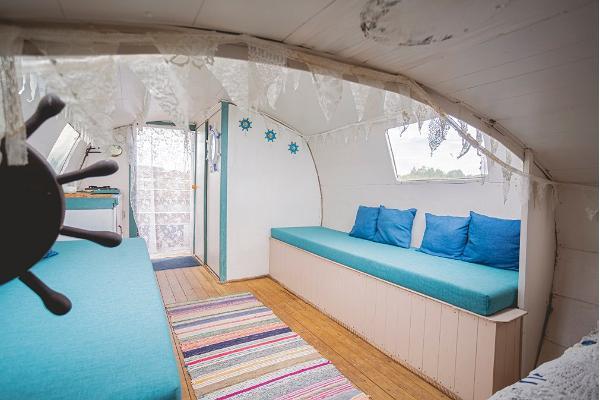 Erlebnisübernachtung im Saunaboot auf dem Peipussee – das romantische Innere in blauen Tönen des Saunaboots MesiSpa