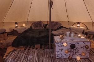 Gemütliche Einrichtung und Romantik eines Glamping Zelts
