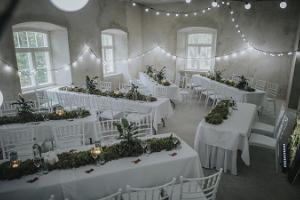 Торжественная свадебная обстановка в Резиденции мызы Луке, украшенные столы в ожидании торжества
