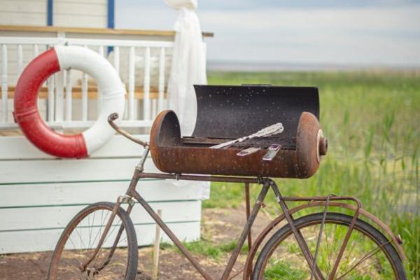 Māja un savdabīgs grils uz velosipēda