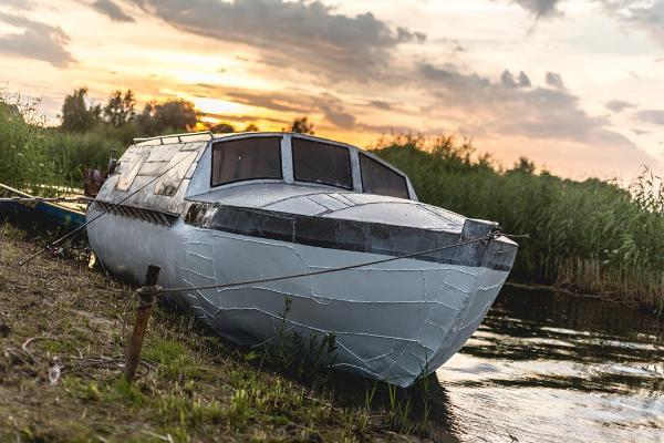 Pirts laiva un fonā saulriets