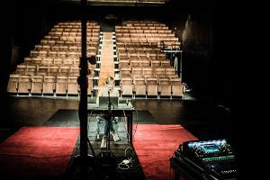 Tartu Uue Teatri suure saali vaade lavalt