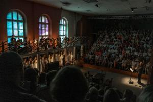 Tartu Uue Teatri suur saal ja publik istumas kahel pool
