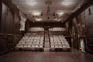 Tartu Uue Teatri suure saali vaade publikutõusule