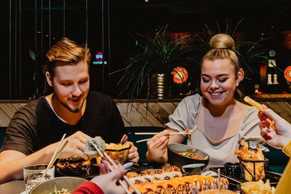 Fröhliche Menschen essen in der Sportbar Sportbar Lucky Loore