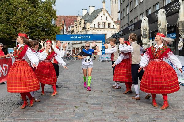 Tallinna Maratoni võistleja koos rahvatantsijatega