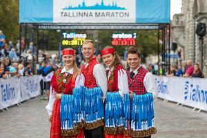 Tallinnan maratonin kansallisvaatteissa olevat mitalistit