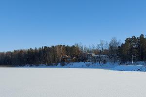 Ausblick vom Seemuseum in einem schneereichen Winter auf den See Võrtsjärv
