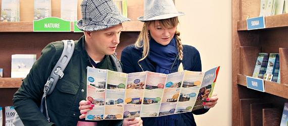 Mees ja naine seisavad teineteise kõrval ja vaatavad Pärnut tutvutavat kataloogi