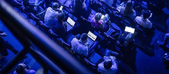Eesti Tallinna Kultuurikatel, publik istub hämaras saalis ja neil on avatud laptopid süles.