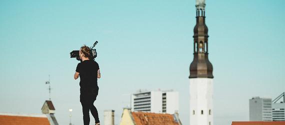 Meed videokaameraga punasel katusel