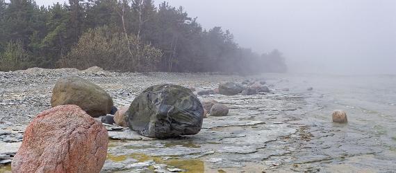 Udune mererand, vasakul suured kivirahnud