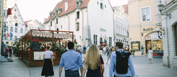 3 turisti jalutavad Tallinna vanalinnas