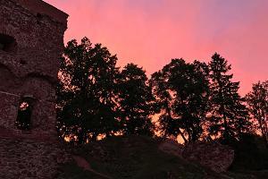Viljandi lossivaremed, päikeseloojang, punane taevas