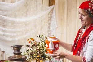Однодневная экскурсия с гидом «Вкусы Лукового пути: от пирожков с луком до цикориевого кофе» и хозяйка Mesi tare, знакомящая с чайными традициями староверов