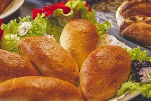 Однодневная экскурсия с гидом «Вкусы Лукового пути: от пирожков с луком до цикориевого кофе» и аппетитные пирожки с луком