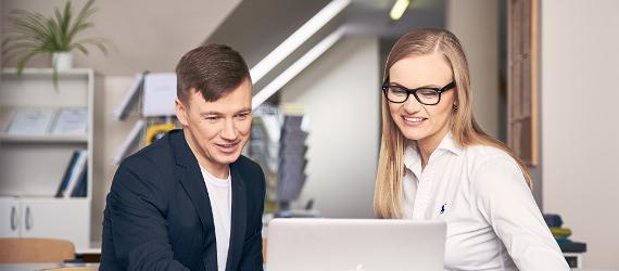 Noored vaatavad koos sülearvutit