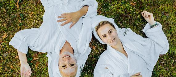 Naised hommikumantlites spaaprotseduuril