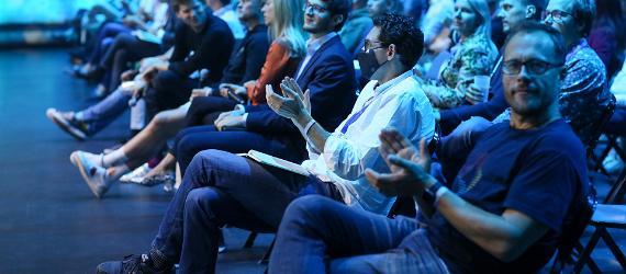 Publik istub saalis