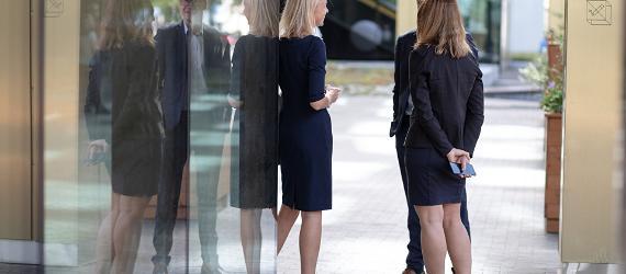 Naised ja mees ärikohtumisel