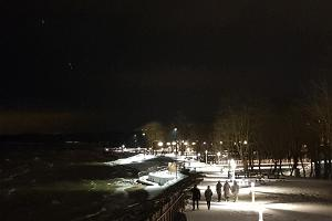 Strandpromenade von Sillamäe im Winter von Laternen beleuchtet