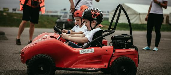 Väikesed poisid sõidavad autoga