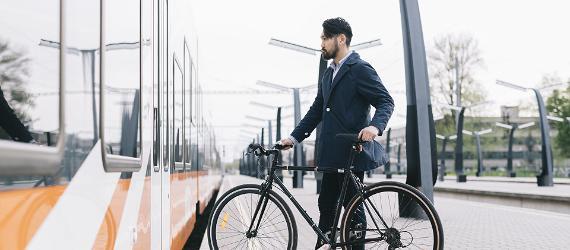 Jaapani mees jalgrattaga rongi minemas