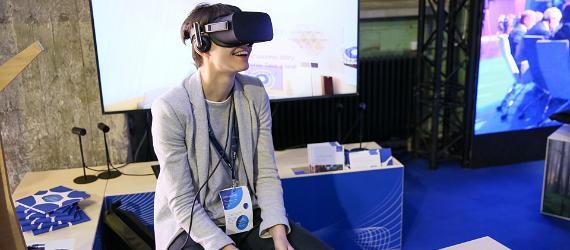Inimene VR-prillidega