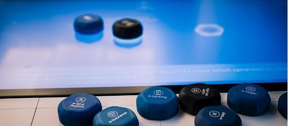 Ümmargused mängunupud ja ekraan, kuhu saab neid paigutada