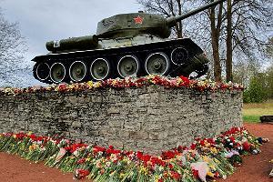 Mälestusmärk Tank Narva-Jõesuu tee ääres